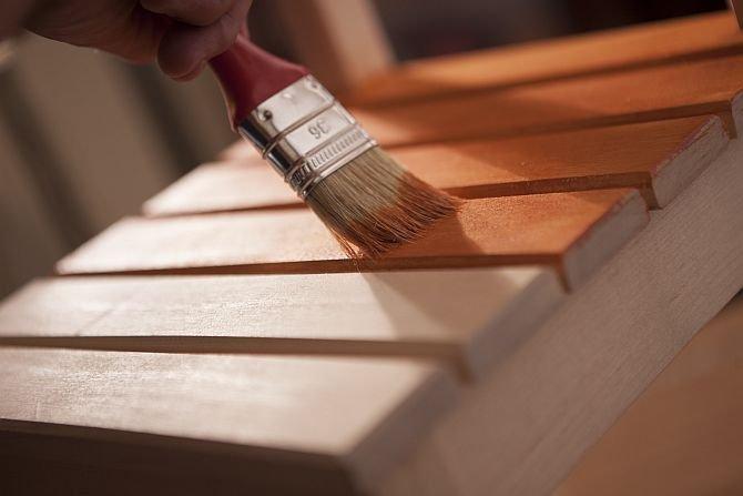 Lakier, olej, emalia czy lakierobejca – każdy produkt to inny efekt
