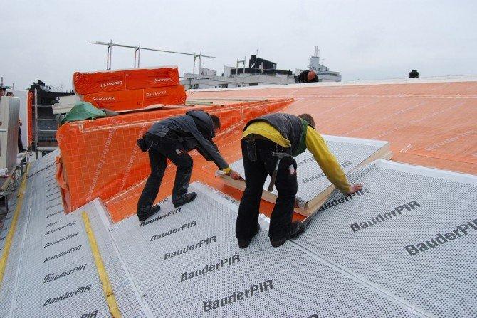Na czym polega izolacja dachu w systemie nakrokwiowym