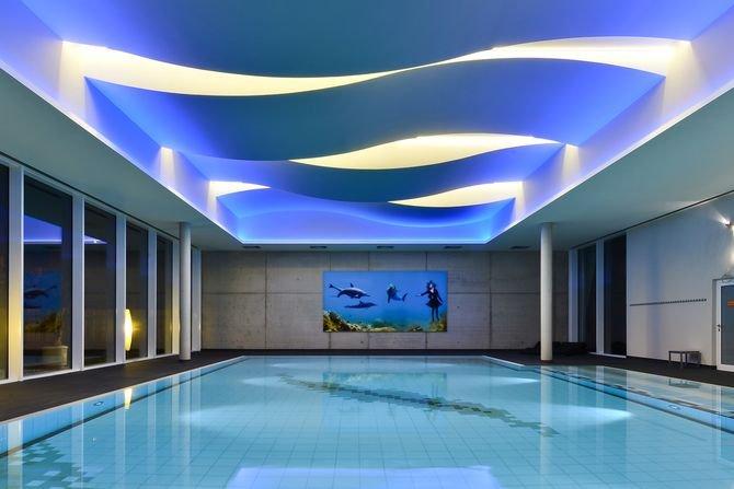Gra kształtów i światła na basenie pływackimWykorzystanie giętych płyt Fermacell Powerpanel H2O