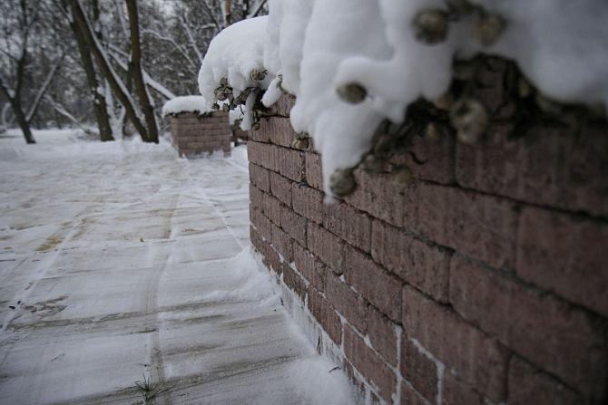 Jak poradzić sobie ze śniegiem i lodem na podjeździe i chodniku?