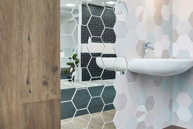 Heksagonalne płytki ceramiczne i lustro w jednym
