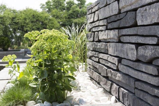 Betonowy murek inspirowany łupkiem skalnym