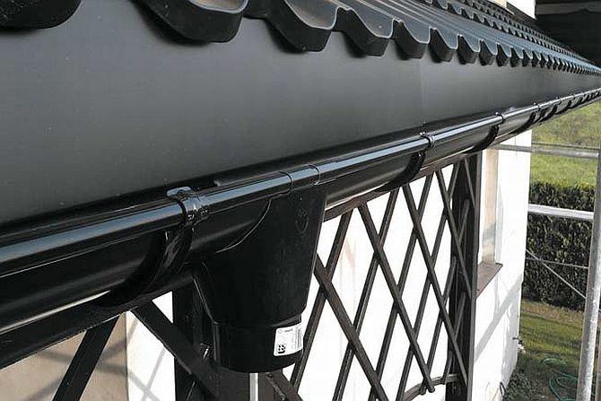 Jak obliczyć ilość rynien i rur spustowych do odwodnienia dachu?