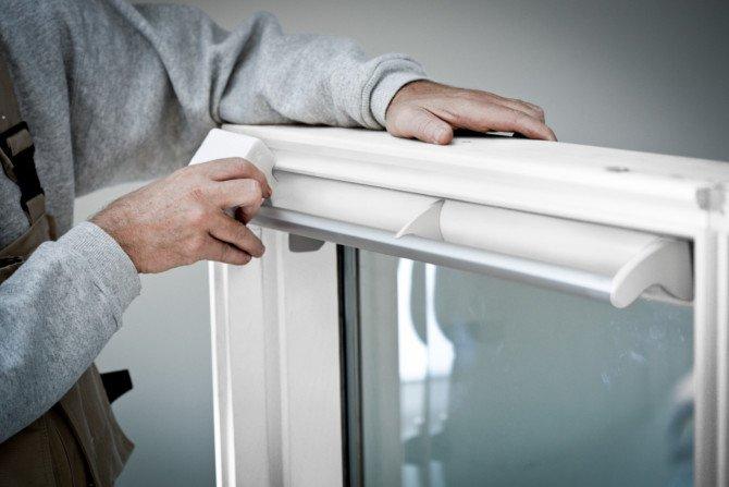 Czy w oknie dachowym można wymienić szyby i zawiasy?