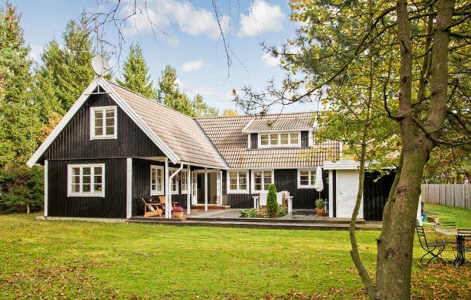 Dom na planie litery L z drewnianym tarasem