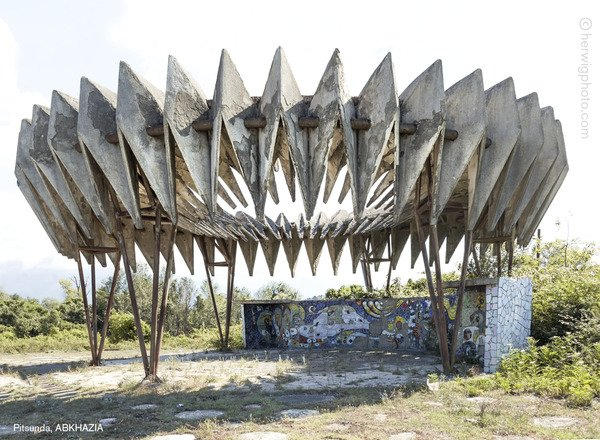 Zapomniana architektura - radzieckie przystanki autobusowe na zdjęciach Christophera Herwiga