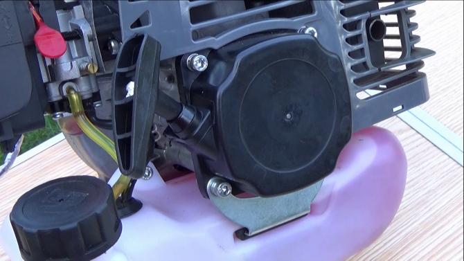 Montaż rozrusznika linkowego w kosie spalinowej