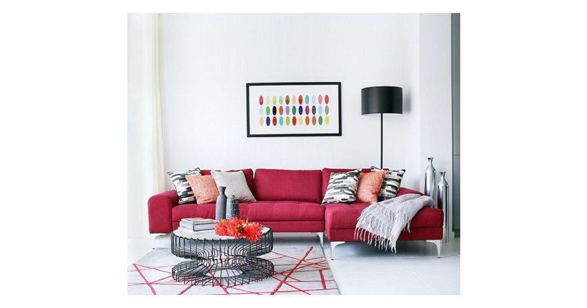 Kolorowa sofa w salonie