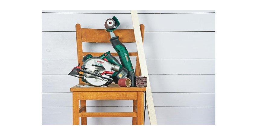 Masz na zbyciu stare krzesła? Zrób z nich podręczną garderobę