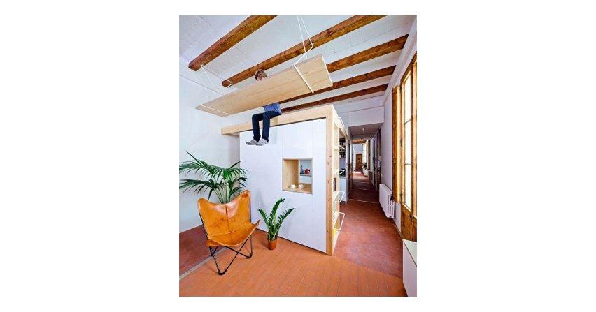 Pomysłowe mieszkanie w Barcelonie z podwieszaną antresolą