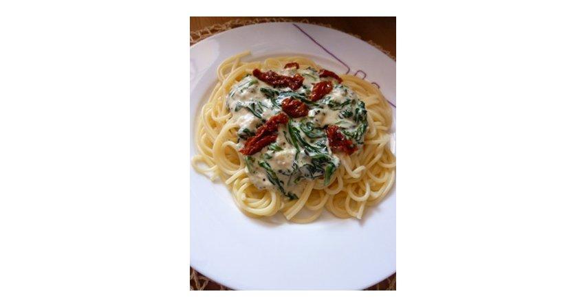 Spaghetti ze szpinakiem i suszonymi pomidorami