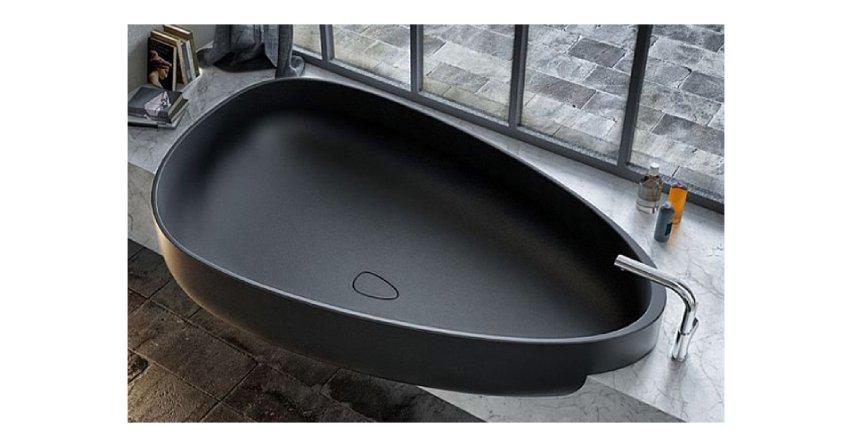 Kąpiel w czarnej wannie