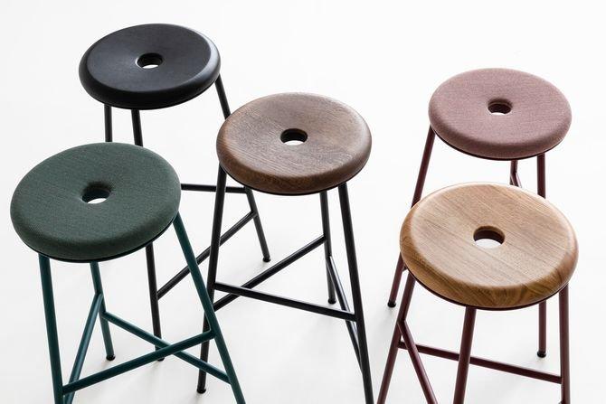 Wysokie stołki z obrotowym siedziskiem