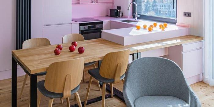 Kobiece wnętrze z różową kuchnią