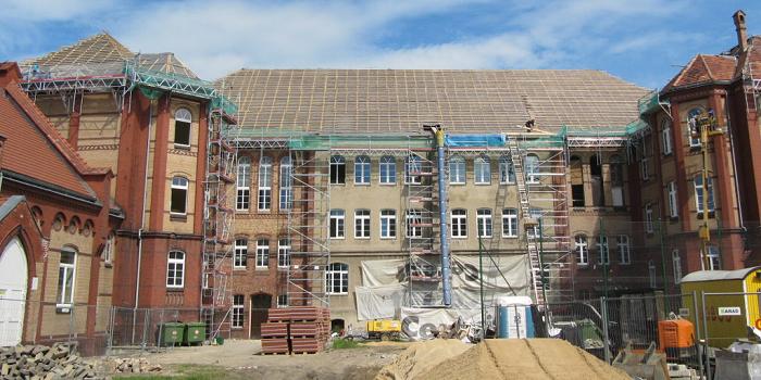 Zakładanie nowej izolacji poziomej w istniejącym budynku metodą cięcia