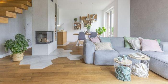 Nowoczesny dom – beton, drewno i wzorzyste akcenty