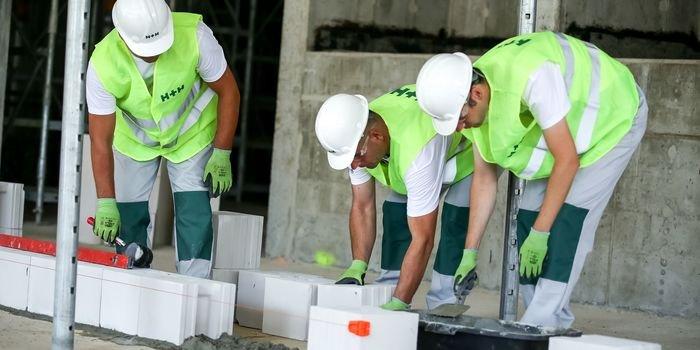 Pierwsza warstwa – jak poprawnie rozpocząć prace murarskie?