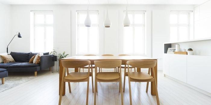 Minimalizm w kolorach bieli, szarości i drewna