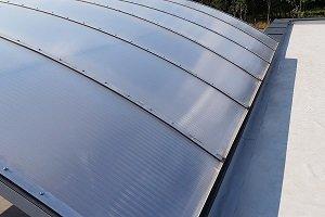 Montaż pasm świetlnych i świetlików dachowych