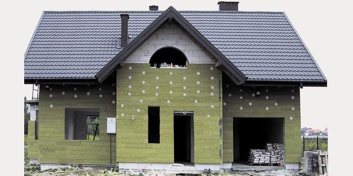 Jak dobrze zaizolować dom zgodnie z wymogami prawnymi?