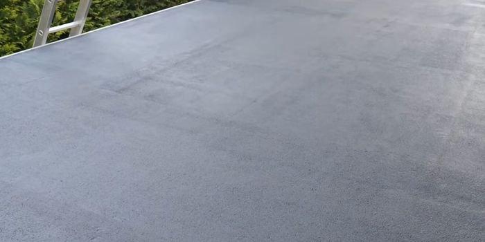 Jak szybko naprawić i zabezpieczyć przeciekający dach z papy?