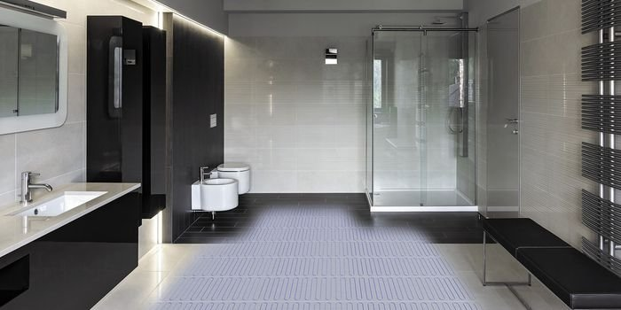 Elektryczne ogrzewanie podłogowe w łazience – jak przeprowadzić prace i na co zwrócić uwagę przy doborze systemu?