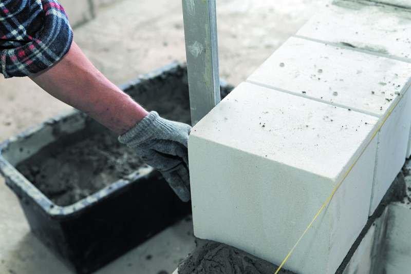 Bloki wapienno-piaskowe charakteryzuje wysoka akumulacyjność termiczna – zdolność materiału do gromadzenia ciepła, która wynika z pojemności cieplnej materiałów budowlanych. Silikat, który raz zaabsorbował ciepło (nagrzał się), bardzo wolno je oddaje. Zd.