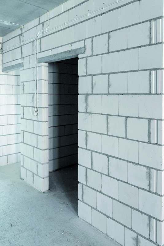 Znaczna masa powierzchniowa ścian z bloków silikatowych (klasa gęstości 1,4–2,2) powoduje, że przegroda stanowi szczelną zaporę dla dźwięków