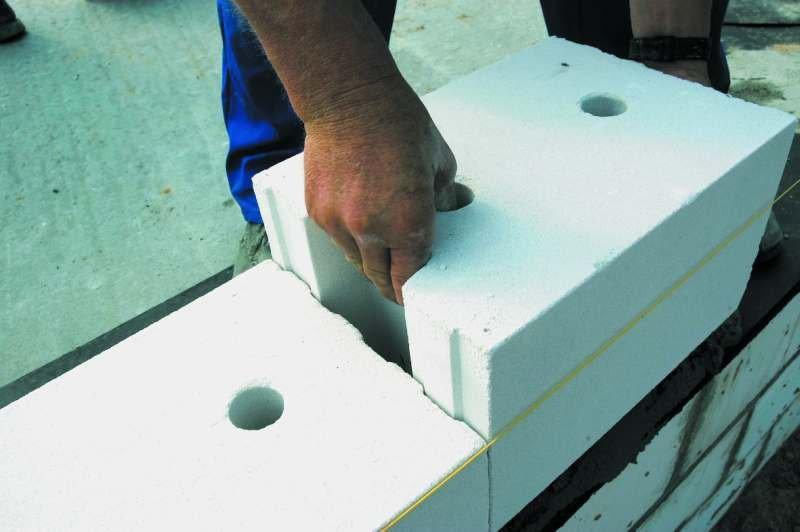 Ściany wapienno-piaskowe poprzez wysoki poziom akumulacji ciepła i wysoką paroprzepuszczalność stabilizują wilgotność i temperaturę powietrza w pomieszczeniach. Wpływają także na odpowiedni mikroklimat pomieszczeń poprzez ograniczenie rozwoju szkodliwych.