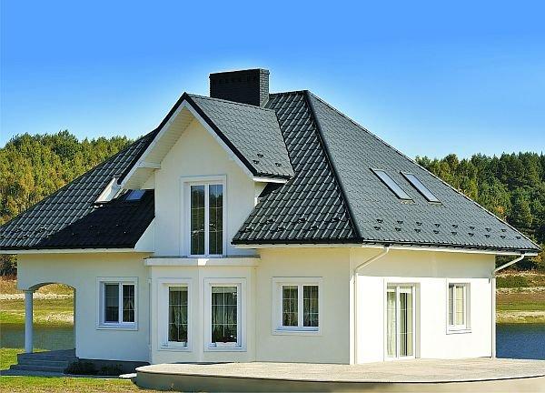 Dom pomalowany na biało zawsze i w każdym otoczeniu wygląda elegancko i ponadczasowo.