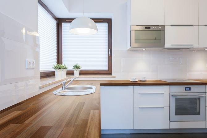 Drewniane blaty w kuchni i łazience. Jakie drewno się sprawdzi? Fot. DLH