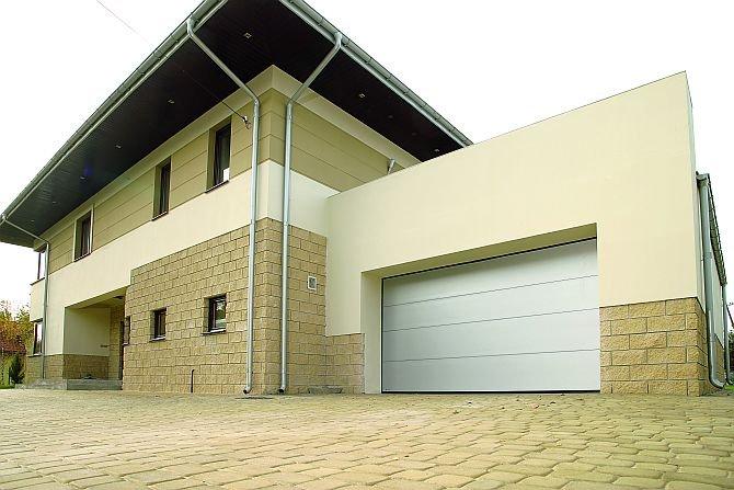 Bramę garażową najlepiej dobrac tak, aby pasowała stylistyką lub kolorystyką do elementów elewacji, jak okna czy żaluzjeFot. Krispol
