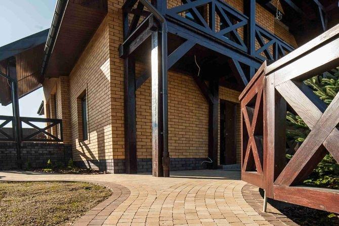 Ścieżka do drzwi wejściowych chroni jednocześnie elewację budynkuFot. Buszrem