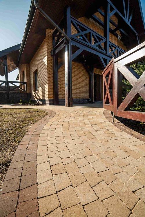 Ścieżka do drzwi wejściowych chroni jednocześnie elewację budynku