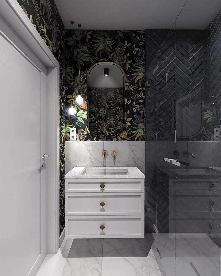 Łazienka z tapetą. Wyrafinowany gust pani domu dobrze odzwierciedla wystrój łazienki gospodarzy. Wykończono ją wielkoformatowymi płytkami gresu, który do złudzenia przypomina pięknie żyłkowany marmur oraz ułożonymi w jodełkę wąskimi płytkami w morskim ko.