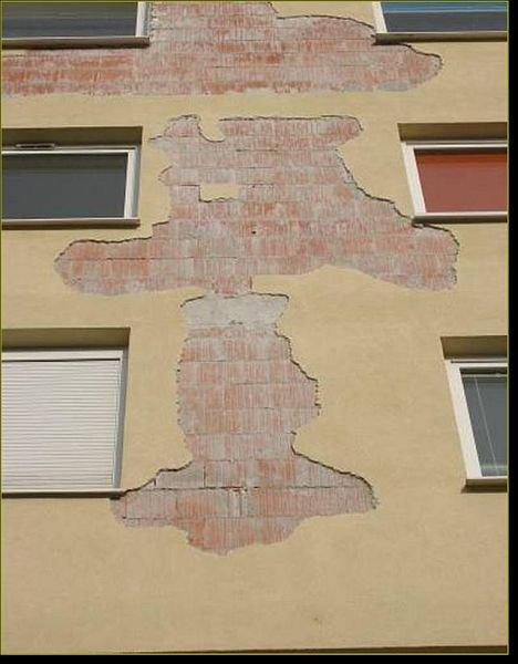 Efekt braku paroprzepuszczalności tynku na elewacji nowego budynku