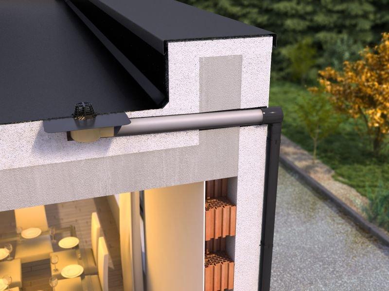 [3] Gotowe zestawy do grawitacyjnego odwodnienia dachów płaskich składają się z wpustu dachowego, rury kanalizacyjnej oraz przejścia przez attykę – adaptera. Występują w różnych konfiguracjach i mogą być łączone z kwadratowymi rurami spustowymi wykonanym.