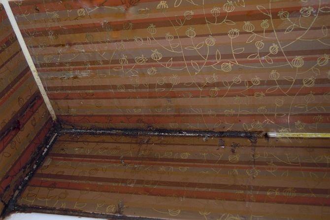 Nieestetyczne i szkodliwe dla zdrowia naloty na ścianach, armaturze czy fugach oznaczają, że w łazience panuje wilgoć, a pleśń i grzyb są jej stałymi bywalcami.
