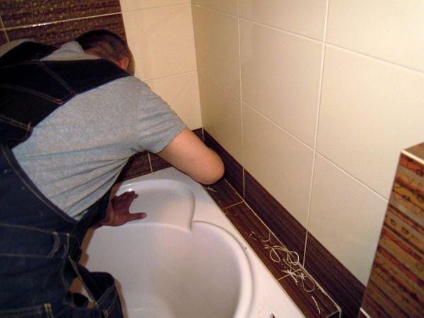 Zajęte pleśnią fugi należy dokładnie usunąć i oczyścić.