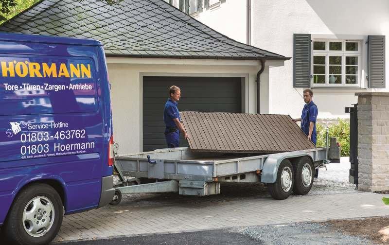Wyładunek elementów nowej bramy; fot. Hörmann