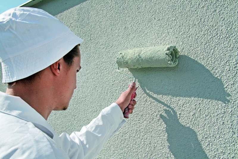 Malowanie elewacji można rozpocząć po uprzednim przygotowaniu podłoża: oczyszczeniu i zagruntowaniu. Dobrze przygotowane podłoże jest bowiem gwarancją trwałości wymalowań.
