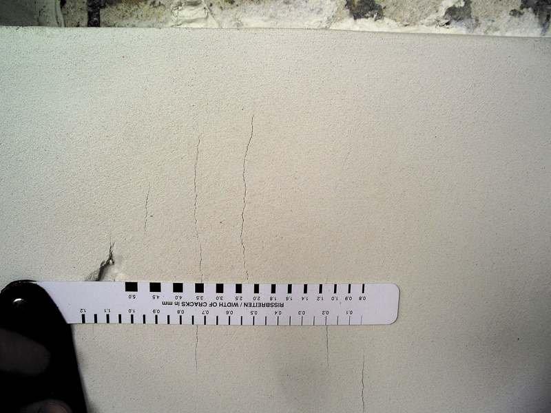 Pomiar szerokości rys po badaniu w komorze klimatycznej za pomocą szczelinomierza po wydłużonym procesie starzenia; fot. SSO