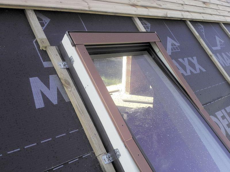 KROK 2. Następnym krokiem było wycięcie otworu w membranie wstępnego krycia i montaż okna. Ważne było ustawienie dolnej i górnej krawędzi w poziomie oraz zachowanie jednakowej wielkości szczelin bocznych. Fot. Marcin Solarek