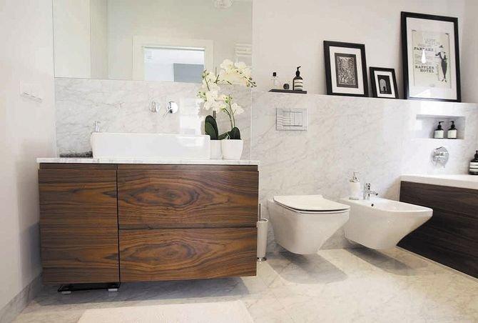 Przy umywalce powinno się znaleźć dobre oświetlenie i duże lustro, które optycznie powiększy przestrzeń