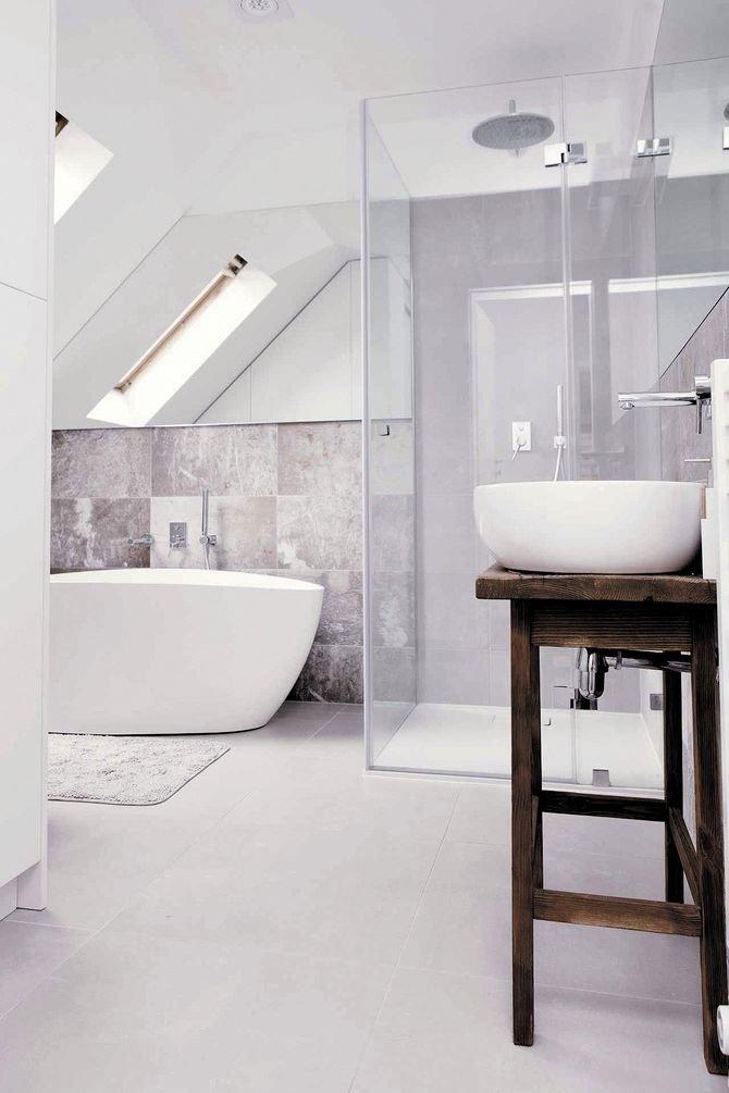 Kolejna decyzja przy projektowaniu łazienki to wanna czy prysznic. Oczywiście idealnie byłoby, gdyby zmieściło się ijedno, idrugie, niestety nie zawsze jest taka możliwość.