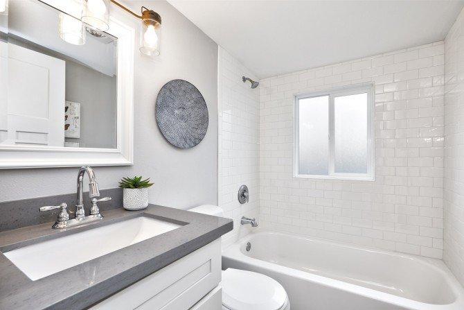 Nowoczesna, biała łazienka.