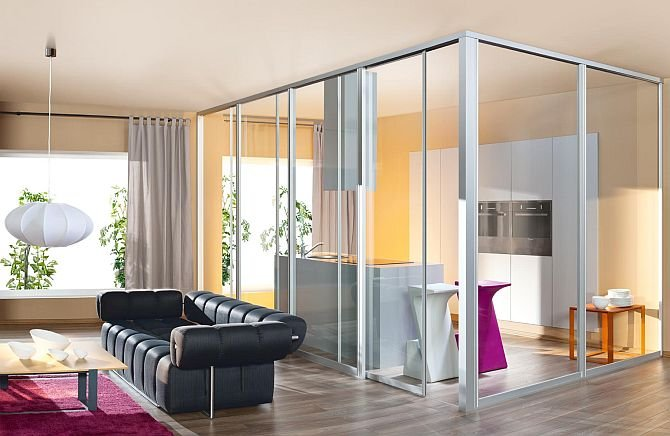 W profilach szklanych ścian działowych można zamontować przewody elektryczne, gniazdka oraz przełączniki. Fot. Komandor