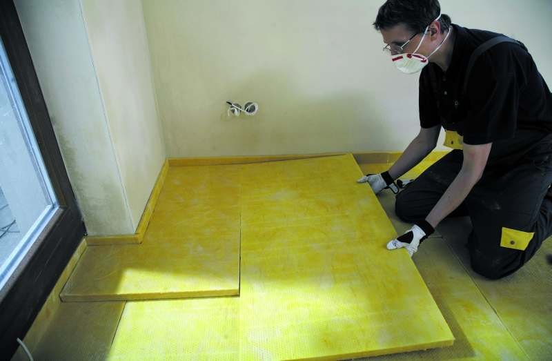 Wyroby z wełny mineralnej (skalnej i szklanej) są najlepsze do zastosowań związanych z izolacyjnością akustyczną i pochłanianiem dźwięku. Stosowane są zarówno do wytłumiania pomieszczeń i korekcji czasu pogłosu, jak i do izolacji akustycznej ścian, strop.
