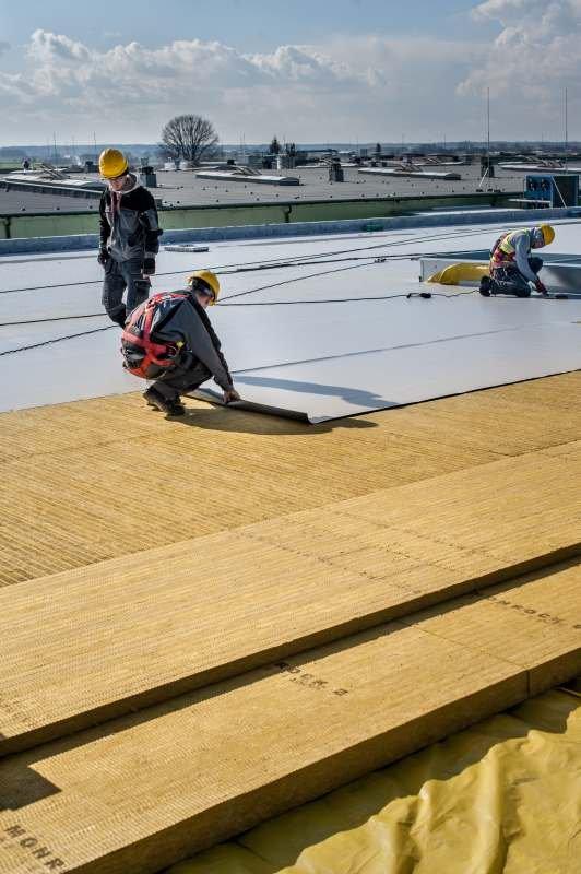 Do izolacji akustycznej dachów płaskich z blach trapezowych pełnych i perforowanych stosuje się płyty z wełny mineralnej o różnych grubościach