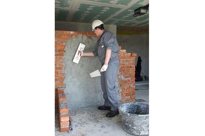 Najpierw tynkuje się sufity, a potem ściany. Fot. Lafarge Gips